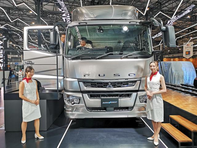 Fuso do svého velkého tahače Super Great pohodlně vestavělo nejen hybridní pohon, ale také řadu asistenčních systémů známých zosobních vozů