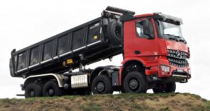 Poutačem akce Daimler Experience 2019 na letišti Kámen byl těžký sklápěč Arocs 8x4