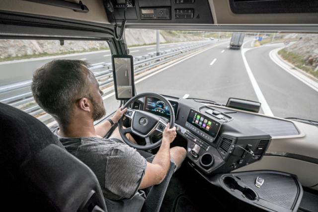 Pracovišti řidiče vévodí volant a dva velké displeje