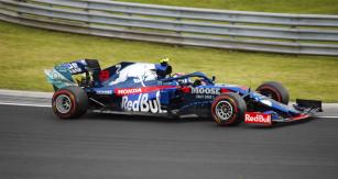 Nadějný Alexander Albon přešel během loňské sezony z Toro Rosso (na snímku) do prvního týmu Red Bull Racing