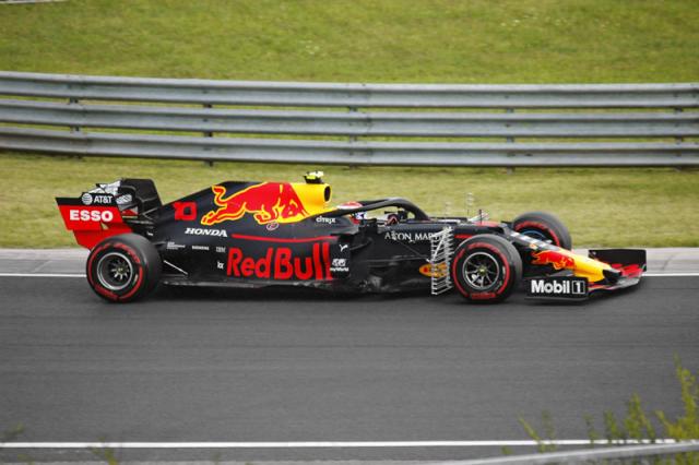Francouz Pierre Gasly měl smůlu, po nevýrazných výkonech první poloviny roku 2019 byl přeřazen z Red Bullu (na snímku) znovu do Toro Rosso
