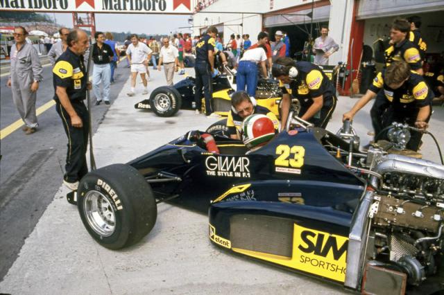 Historie týmu začala pod jménem Minardi, na snímku Andrea De Cesaris na Velké ceně Maďarska 1986