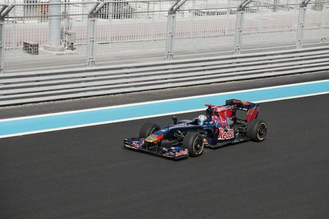 Mladý Španěl Jaime Alguersuari (Toro Rosso) na trati Velké ceny Abú Dhabí 2009 (celkem jel 46 Grand Prix, nejlépe sedmý)