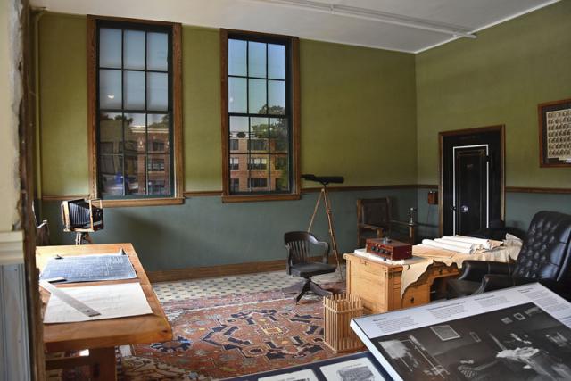 Rekonstruovaná pracovna Henryho Forda. Dalekohledem nešmíroval dělníky, nýbrž pozoroval ptáky, jichž byl velkým milovníkem