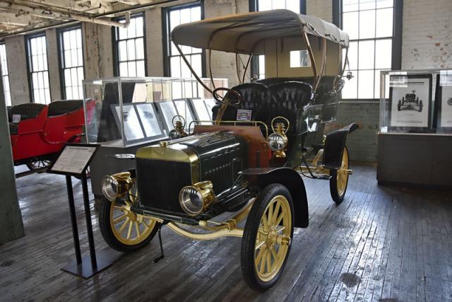 Ford Model B Tonneau (1904). Akcionáři požadovali okamžitý zisk, proto se Henry, navzdory svému přesvědčení, musel orientovat na luxusnější automobily