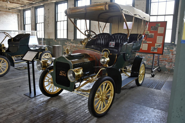 Ford Model F Touring (1906) byl posledním s plochým dvouválcem. Bylo jej lze najít pod předním sedadlem. Kromě dvoumístného runaboutu nabízeli až pětimístné karosérie s různými tvary kabiny