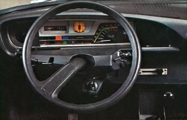 Typickou přístrojovou desku s jednoramenným volantem, kde byl avantgardou číslicový rychloměr, navrhl Michel Harmand