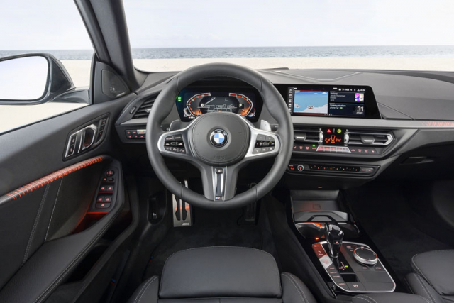 Palubní deska pochází z řady 1 avyznačuje se kvalitním zpracováním i propracovanou ergonomií známou z dražších modelů značky