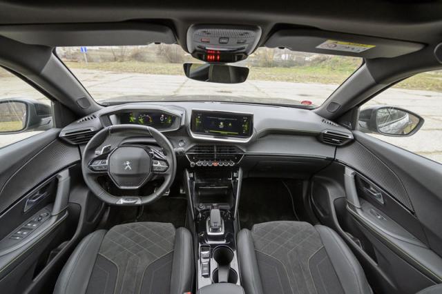 Interiér nazývaný výrobcem i-Cockpit má originální řešení s malým, nízko umístěným volantem. Nemusí ale vyhovovat každému