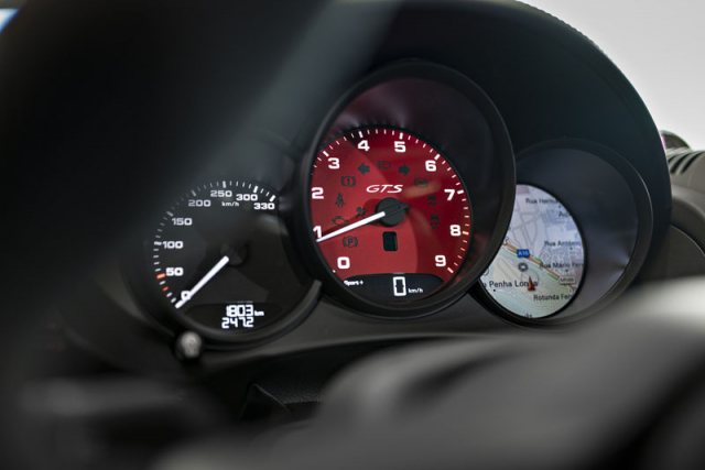 Atmosféricky plněný plochý šestiválec 4,0 litru zaujme nejen vyvážeností ahladkým během, ale především podáním svého výkonu ve vysokých otáčkách. Nad 4000min-1 se přepíná do ostrého režimu. Maximum otáček má nastaveno na 7800min-1 (o 20 k výkonnější verze vtypu 718 Cayman GT4 8000 min-1)