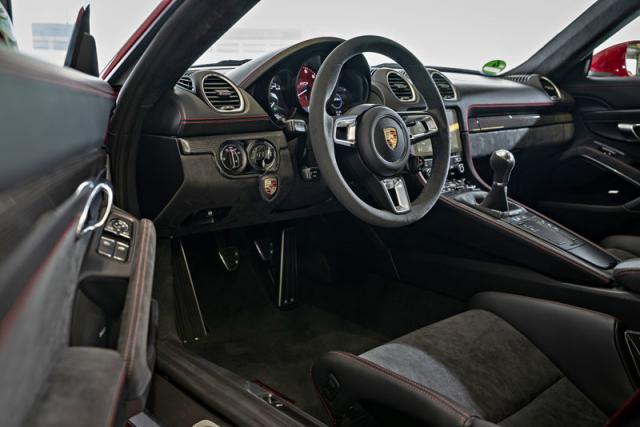 Standardní výbavou je v modelech GTS volant ztypu GT s průměrem 360 mm, čalouněný Alcantarou a doplněný voličem jízdních režimů. Tlačítka ovládání infotainmentu jsou za příplatek