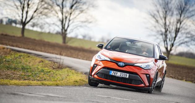 """Toyota C-HR je klasickým crossoverem, neboli vozem CUV. Nabízí vyšší umístění sedadel a robustní design, ale přitom jízdní vlastnosti """"nízkých"""" osobních vozů"""