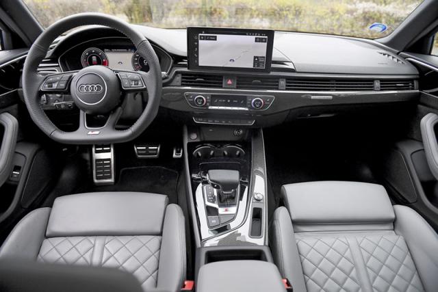 Pracoviště řidiče je přehledné a německy strohé, pochvalu zaslouží kvalitní materiály