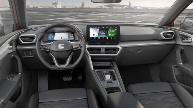 Ovládací a kontrolní prvky jsou rozmístěny do logických celků, takže pracoviště řidiče působí přehledným dojmem. Vévodí mu dvojice kvalitních a v širokém spektru konfigurovatelných barevných displejů