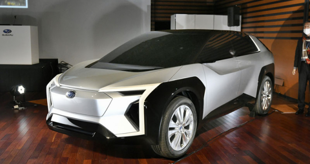 Subaru svůj první chystaný  elektrický vůz představilo v Tokiu  vrámci tiskové konference, při níž zveřejnilo svoji elektrifikační strategii