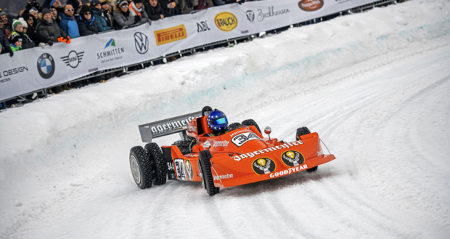 I stroje zvyklé na hladký asfalt na závodě GP Ice Race obouvají pneumatiky s hřeby