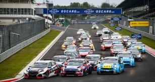 Souboje WTCR jsou velmi napínavé,  do první zatáčky na Hungaroringu míří zleva Guerrieri (Honda), Michelisz (Hyundai) amodrý vůz Ehrlacherův (Lynk&Co)