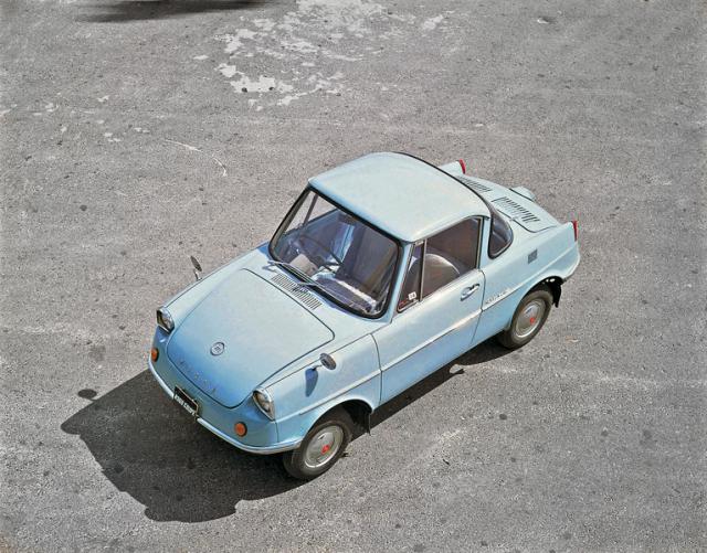 Mazda R360 Coupé, první sériový osobní vůz Mazda (1960; poháněn vzduchem chlazeným dvouválcem, uloženým vzadu)