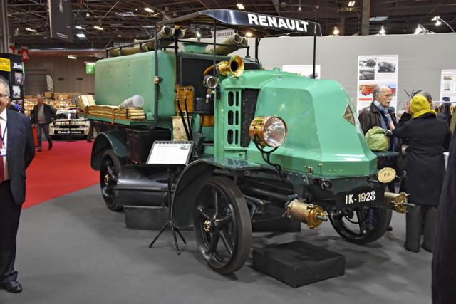Tímto Renaultem IK (1928) připomenula Nadace Marius Berliet četné dodávky nákladních automobilů Berliet, Laffly, Delahaye nebo Renault komunálnímu sektoru i hasičům. Některé zúsvitu (Jenatzy, Kriéger; 1890) poháněla elektrická energie nebo pára