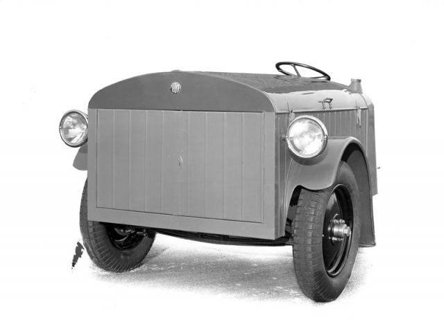 Dodávková verze tříkolky měla vpředu rozměrnou skříň pro náklad