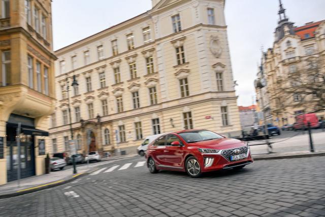 Zejména ve městě se osvědčí, že plug-in hybridní Ioniq jeschopen překvapivě dynamické jízdy naelektřinu