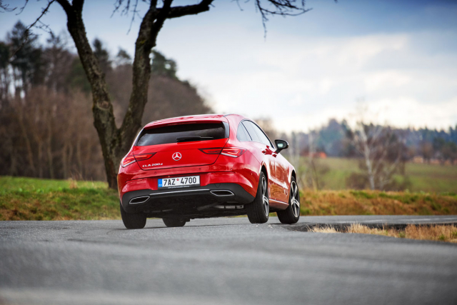 Silně klesající linie střechy v zadní části vedla značku Mercedes-Benz k tomu, že své nejmenší kombi nenazývá T-Modell, ale Shooting Brake