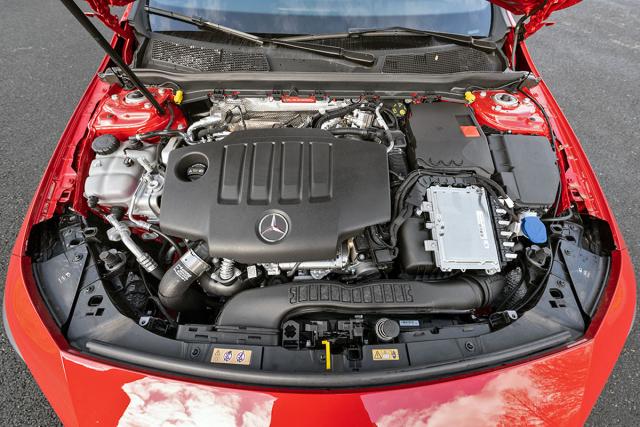 Motory jsou umístěné napříč. Dvoulitry mají původ u Mercedes-Benz, ty menší uRenaultu