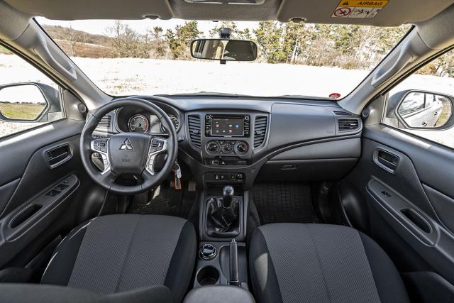 Interiér poskytuje zcela dostatečný komfort. Potěší například ovládací tlačítka na volantu
