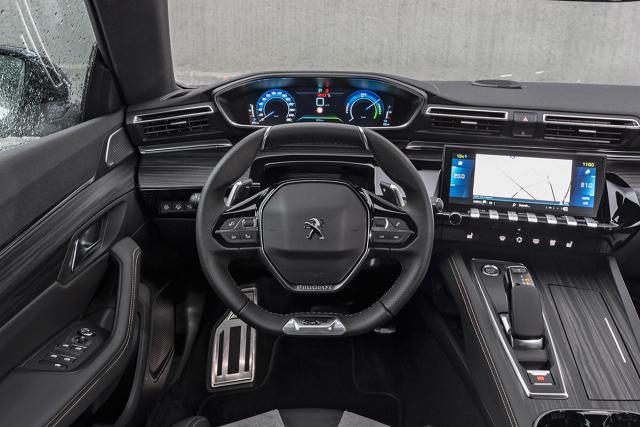 Pracoviště řidiče se liší pouze úpravou grafiky displejů avoliče převodovky s novou polohou B pro intenzivnější rekuperaci