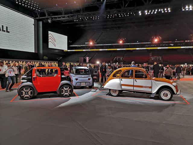 """Setkání generací. Vlevo loňská studie Citroën Ami One, uprostřed záď sériového provedení Ami 100% ëlectric avpravo legendární """"kachna"""" 2 CV"""