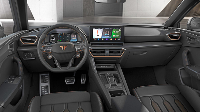 Interiéry modelů Cupra Leon (zde plug-in hybridní verze) zaujmou výraznou měděnou barvou a například i dvojicí doplňkových tlačítek na volantu