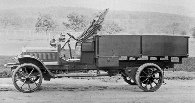 Pohled na valník Benz-Gaggenau BL 10 z roku 1911 naznačuje, jakvelkými proměnami užitkový automobil běhemsvého vývoje prošel