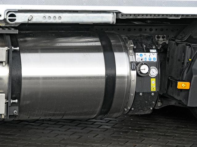 Vlevo na rámu je kryogenní nádrž na 205 kg LNG