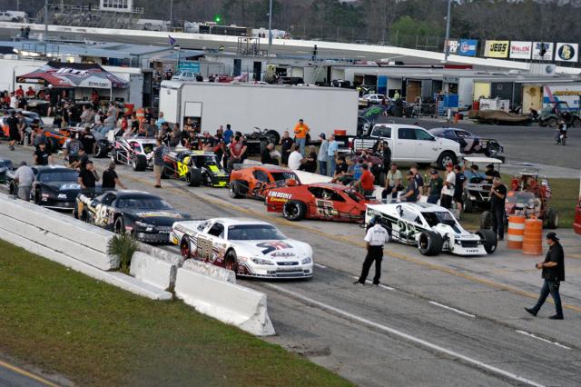 Závodníci před kvalifikací na New Smyrna Speedway (vpravo stojí vozy třídy Modifieds)
