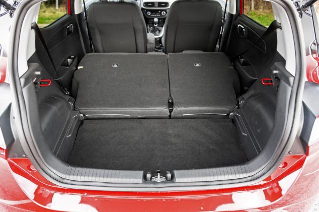 Dělená a sklopná zadní opěradla jsou standardem, dvojitou podlahu (na obr. v dolní poloze) dostanete až od třetí výbavy ze čtyř. Základní objem 252 litrů je o litr větší než u VW up!, proti Twingu má navrch o 64 litrů a ve srovnání s Fiatem 500 vítězí o 68 l