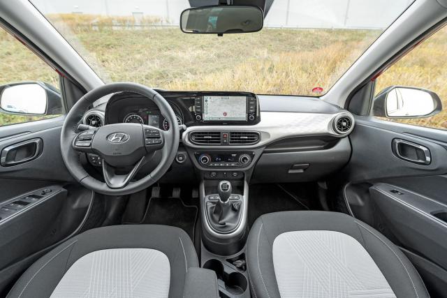 U minivozů jsme zvyklí na řadu ústupků, interiér i10 však za většími automobily nezaostává výbavou ani ergonomií, s výjimkou absence podélně stavitelného volantu