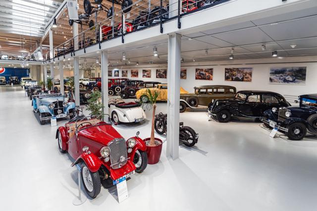 Veteran Arena nabízí dobrý přístup kprohlédnutí vystavených exponátů, vozy nejsou schovány v regálech ani postaveny v dioramatech. Kromě vozidel je prezentována i stovka motocyklů