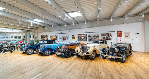 Novinkou je výstava různých jedinečných britských modelů. Každý z vozů má svůj příběh...