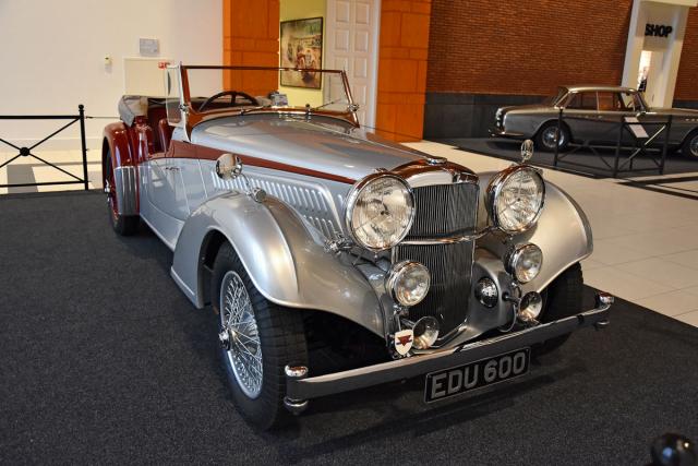 Alvis 4.3 Litre (1939) na krátkém šasi a s karosérií Vandenplas Sport Tourer představuje to nejelegantnější anejvytříbenější, co dokázal britský automobilový průmysl před válkou postavit. Expozici vévodící vůz sloužil továrně jako výstavní exponát, předváděcí azkušební vůz sšestiválcem 4,4litru (137 k, 166km/h)