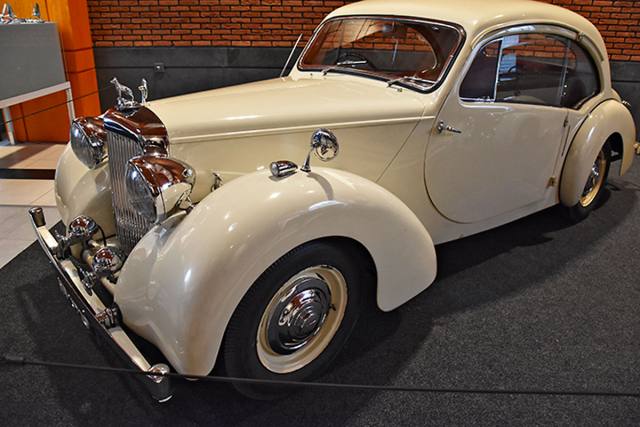Alvis TA14 (1950) se vyznačoval prostornou hliníkovou karosérií Sport Saloon od Duncan Motor Industries Ltd