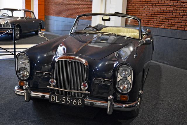 """Posledně vyráběný Alvis TF21 (1966) debutoval v Ženevě 1966. Série""""F"""" měla oproti """"E"""" vylepšené zavěšení kol a modernější palubní desku, plně synchronizované přímé řazení, kotoučové brzdyshydraulickým posilovačem na všech kolech a hydraulický posilovač řízení. Vyráběli jej výhradně na základě objednávek"""