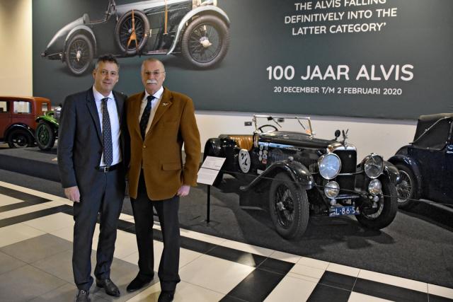 """Ředitel Louwmanova muzea, Ronald A. Kooyman (vlevo), nám řekl: """"Už jsem jednal s mnoha značkovými kluby, všechny zdůrazňovaly speciální karosérie a jejich VIP majitele. Alvisu si velmi považuji, neboť poukazuje na výjimečná technická řešení avytříbenost."""" Šéf nizozemského klubu, Anton Brouwers, sdružuje 60 holandských a20 německých a švýcarských členů"""