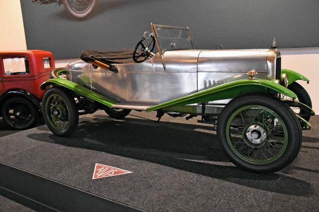 """Alvis 12/40 """"Duck's Back"""" (1923) se sportovní lehkou hliníkovou karosérií přezdívanou """"kachní záď"""" od Carbodies, často používaný k závodění. Se čtyřválcem 1,5 litru SV dosahoval rychlosti až 96 km/h. Za příplatek 75 £ bylo možné koupit motor s rozvodem OHV. Možnosti využilo 9 zákazníků, 1552 se spokojilo se standardem SV"""