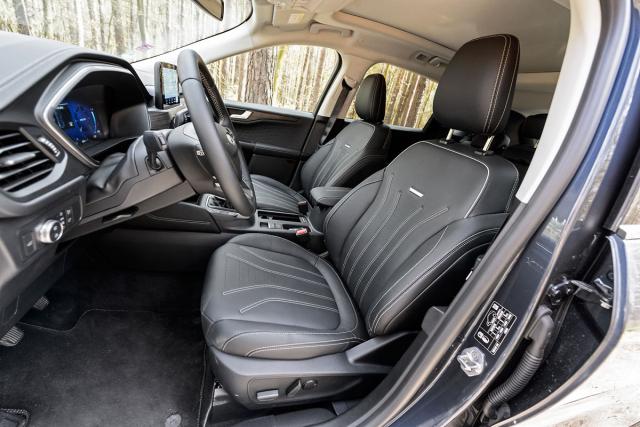 Zejména sedáky komfortních předních sedadel poskytují pouze malé boční vedení.