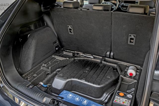 Akumulátor mild hybridního systému je umístěn pod podlahou zavazadlového prostoru