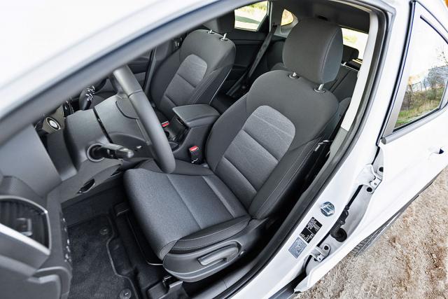 Sedadla jsou čalouněna odolným a na omak příjemným textilem anabízejí dostatečnou oporu v zatáčkách i při jízdách na dlouhé vzdálenosti