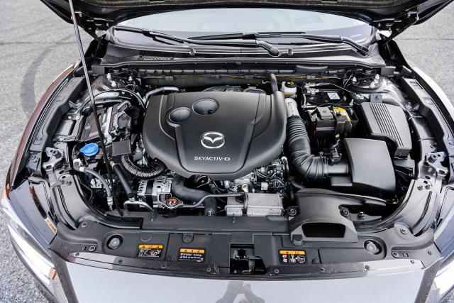 Vznětový čtyřválec s dvojicí turbodmychadel je velmi dobře sladěn s šestistupňovou samočinnou převodovkou vlastní konstrukce Mazda