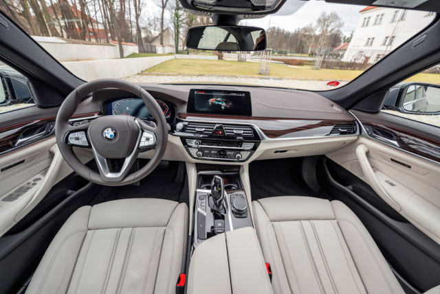 Interiéru vévodí kvalitní materiály, na řidiče orientovaná palubní deska a v tomto případě i všestranně stavitelná sedadla sčalouněním z programu BMW Individual