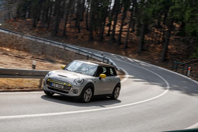 Během jediného dne jsme ujeli 470 km a s MINI Cooper SE jsme zavítali i na podhorské silnice Krkonoš nebo k vysílači Ještěd