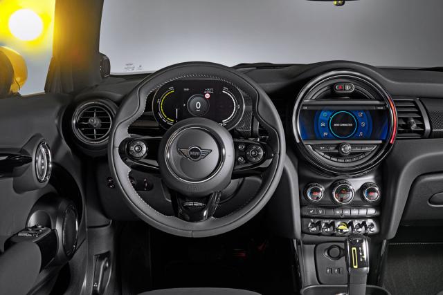 Palubní deska zaujme originálním pojetím, ergonomie ipoužité materiály jsou na špičkové úrovni